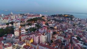Εναέριες φωτισμένες άποψη οδοί της Λισσαβώνας στο λυκόφως φιλμ μικρού μήκους