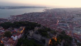 Εναέριες φωτισμένες μήκος σε πόδηα οδοί της Λισσαβώνας στο λυκόφως φιλμ μικρού μήκους