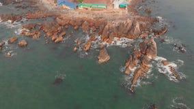 Εναέριοι βράχοι και πέτρες άποψης στην παραλία Arambol στο Βορρά Goa, Ινδία απόθεμα βίντεο
