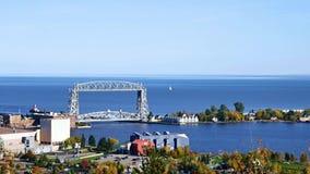 Εναέριοι γέφυρα ανελκυστήρων Duluth και ανώτερος λιμνών σε ένα σαφές απόγευμα απόθεμα βίντεο