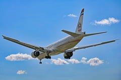 Εναέριοι διάδρομοι Boeing 777-300ER Etihad οπισθοσκόπο στοκ εικόνες