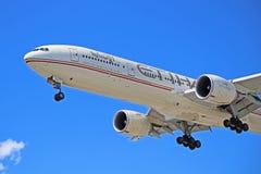 Εναέριοι διάδρομοι Boeing 777-300ER Etihad περίπου στο έδαφος στοκ φωτογραφίες
