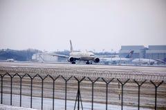 Εναέριοι διάδρομοι Boeing Etihad 777-300 a6-ETL στοκ φωτογραφία