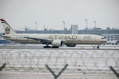 Εναέριοι διάδρομοι Boeing Etihad 777-300 a6-ETL στοκ εικόνα
