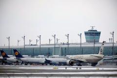 Εναέριοι διάδρομοι Boeing Etihad 777-300 a6-ETL στοκ φωτογραφία με δικαίωμα ελεύθερης χρήσης