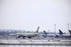 Εναέριοι διάδρομοι Boeing Etihad 777-300 a6-ETL στοκ εικόνες