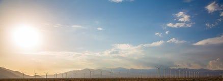 Εναέριοι ηλιακοί αγρόκτημα και στρόβιλοι στην έρημο της Καλιφόρνιας Στοκ εικόνες με δικαίωμα ελεύθερης χρήσης