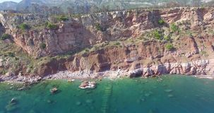 Εναέριοι μπλε θάλασσα και βράχοι απόθεμα βίντεο