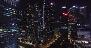Εναέριοι ορίζοντες άποψης νύχτας τη νύχτα Κηφήνας που πετά στο εμπορικό κέντρο της Σιγκαπούρης ` s απόθεμα βίντεο