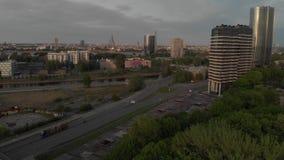 Εναέριοι πυροβολισμοί ηλιοβασιλέματος της ευρωπαϊκής πρωτεύουσας Ρήγα, Λετονία την άνοιξη το 2019 - ο ποταμός Daugava και οι γέφυ απόθεμα βίντεο