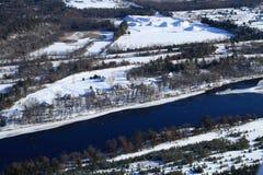 Εναέριοι σπίτια και ποταμός με το κοντινό κοίλωμα αμμοχάλικου και άμμου Στοκ Εικόνες
