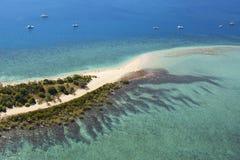 Εναέριοι τροπικοί νησί και σκόπελος άμμου Στοκ φωτογραφίες με δικαίωμα ελεύθερης χρήσης
