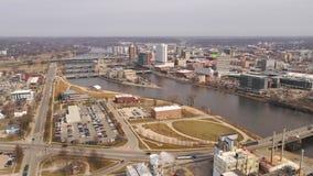 Εναέριος άποψης Cedar Rapids ορίζοντας πόλεων της Αϊόβα Riverfront στο κέντρο της πόλης απόθεμα βίντεο