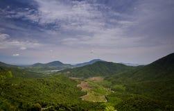Εναέριος απόμακρος ποταμός ζουγκλών άποψης λοφώδης κάτω από το μπλε ουρανό στοκ εικόνα με δικαίωμα ελεύθερης χρήσης