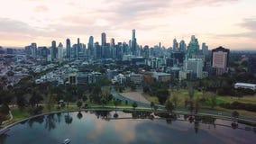 Εναέριος απότομα του ορίζοντα της Μελβούρνης από Αλβέρτο Park απόθεμα βίντεο