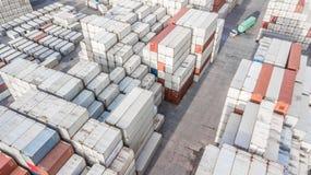 Εναέριος βιομηχανικός λογιστικός άποψης με το εμπορευματοκιβώτιο, ρυμουλκό, γερανός λ στοκ εικόνες