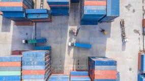 Εναέριος βιομηχανικός λογιστικός άποψης με το εμπορευματοκιβώτιο, ρυμουλκό, γερανός λ στοκ φωτογραφίες