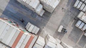 Εναέριος βιομηχανικός λογιστικός άποψης με το εμπορευματοκιβώτιο, ρυμουλκό, γερανός λ στοκ εικόνα