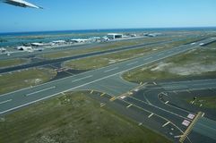 Εναέριος διάδρομος αερολιμένων άποψης στο διεθνή αερολιμένα της Χονολουλού Στοκ φωτογραφίες με δικαίωμα ελεύθερης χρήσης