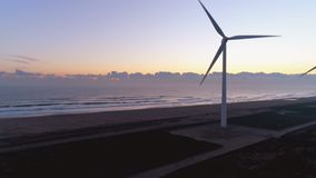Εναέριος - Ειρηνικός Ωκεανός και αιολικό πάρκο στην αυγή απόθεμα βίντεο