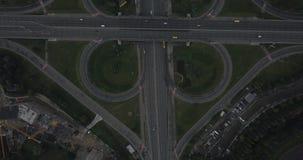 Εναέριος κάθετος πυροβολισμός Οδήγηση αυτοκινήτων από το δρόμο 4k 4096 X 2160 εικονοκύτταρα απόθεμα βίντεο