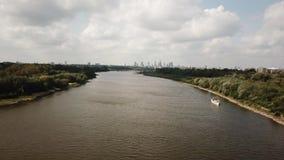 Εναέριος κηφήνας που κινείται πέρα από τον ποταμό Μετάβαση προς την πόλη Warsawr 4k φιλμ μικρού μήκους