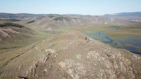 Εναέριος - κινώντας επάνω από τη σκιαγραφία τους λαούς που στέκονται πάνω από το βουνό Γυναίκα που αυξάνει τα όπλα νικηφόρα κατόπ απόθεμα βίντεο