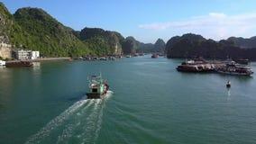 Εναέριος κυανός κόλπος άποψης με τις πλέοντας βάρκες και ξενοδοχείο στην ακτή φιλμ μικρού μήκους