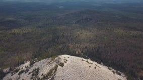 Εναέριος λόφος, δάσος και ποταμός άποψης πάνω από το κεφάλι άσπρος δύσκολος r r φιλμ μικρού μήκους