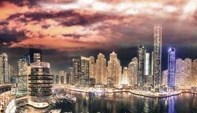 Εναέριος ορίζοντας νύχτας μαρινών του Ντουμπάι από τη στέγη Όμορφο skyscr Στοκ Εικόνες