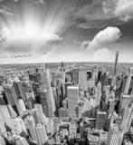 Εναέριος ορίζοντας πόλεων με το φως ηλιοβασιλέματος, NYC Στοκ εικόνες με δικαίωμα ελεύθερης χρήσης