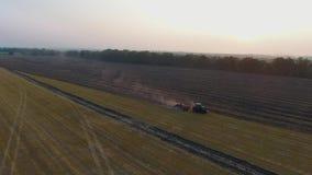 Εναέριος οργώνοντας τομέας τρακτέρ γεωργίας μόνος απόθεμα βίντεο