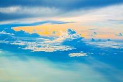 Εναέριος ουρανός με τα σύννεφα στο ηλιοβασίλεμα ή την ανατολή ανωτέρω από το αεροπλάνο Στοκ Φωτογραφία