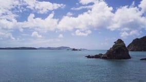 Εναέριος, παράκτιος ηφαιστειακός βράχος ήρεμο ωκεάνιο 4k απόθεμα βίντεο