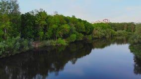 Εναέριος - πετώντας χαμηλά επάνω από τον τυρκουάζ ποταμό χρώματος που χαράζει τον τρόπο του μέσω της κοιλάδας άνοιξη φιλμ μικρού μήκους