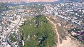 Εναέριος πράσινος λόφος άποψης με τον αρχαίο ναό μεταξύ της σύγχρονης πόλης φιλμ μικρού μήκους