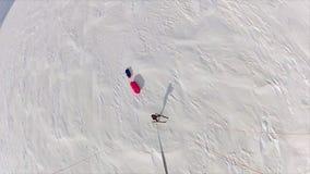 Εναέριος πυροβολισμός ενός κάνοντας σκι ατόμου απόθεμα βίντεο