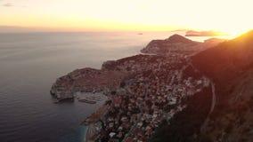 Εναέριος πυροβολισμός ηλιοβασιλέματος πόλεων Dubrovnik απόθεμα βίντεο