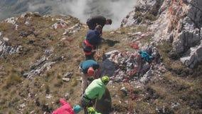 Εναέριος πυροβολισμός μιας ομάδας ορειβατών πάνω από ένα βουνό που τραβά ένα σχοινί φιλμ μικρού μήκους
