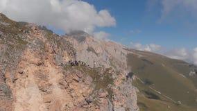 Εναέριος πυροβολισμός μιας ομάδας ορειβατών πάνω από ένα βουνό που τραβά ένα σχοινί απόθεμα βίντεο