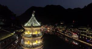 Εναέριος πυροβολισμός νύχτας της αρχαίας πόλης Fenghuang στην Κίνα απόθεμα βίντεο