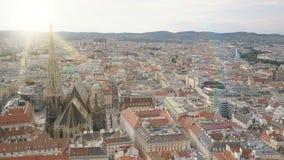 Εναέριος πυροβολισμός οριζόντων πόλεων της Βιέννης ΕΝΑΕΡΙΑ άποψη της Βιέννης Καθεδρικός ναός του ST Stephen και πόλη εικονικής πα απόθεμα βίντεο