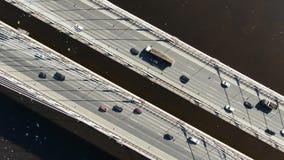 Εναέριος πυροβολισμός πέρα από την καλώδιο-μένοντη γέφυρα πέρα από τον ποταμό, ζουμ μέσα επάνω από τα αυτοκίνητα φιλμ μικρού μήκους