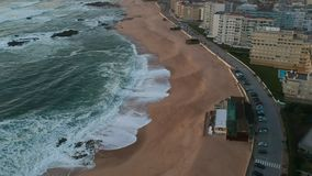 Εναέριος πυροβολισμός πέρα από την κενή παραλία και ωκεανός Povoa de Varzim, Πορτογαλία απόθεμα βίντεο