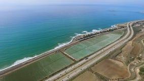 Εναέριος πυροβολισμός της ακτής του Ειρηνικού Ωκεανού κοντά στον τομέα και την εθνική οδό φυτειών φιλμ μικρού μήκους