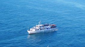 Εναέριος πυροβολισμός της βάρκας κρουαζιέρας πολυτέλειας που πλέει στην μπλε θάλασσα σε σε αργή κίνηση 3840x2160 απόθεμα βίντεο