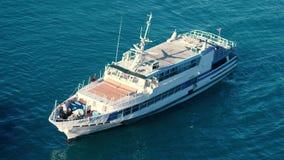 Εναέριος πυροβολισμός της βάρκας πολυτέλειας που πλέει σε μια μπλε θάλασσα σε σε αργή κίνηση 3840x2160 φιλμ μικρού μήκους