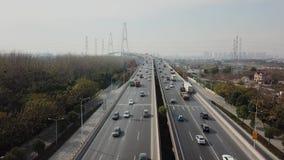 Εναέριος πυροβολισμός της κυκλοφορίας στη μεγάλη βιομηχανική chinnese πόλη σε αργή κίνηση φιλμ μικρού μήκους