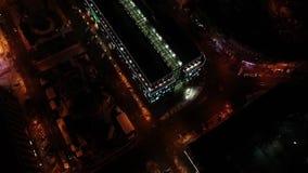 Εναέριος πυροβολισμός της λεωφόρου με τα φωτεινά φω'τα του τη νύχτα, εναέριος πυροβολισμός απόθεμα βίντεο