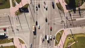 Εναέριος πυροβολισμός της οδικής κυκλοφορίας πόλεων πέρα από το μεγάλο σταυροδρόμι φιλμ μικρού μήκους